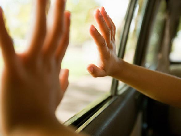 Dạy trẻ cách thoát thân khi bị bỏ quên trên xe - Ảnh 3.