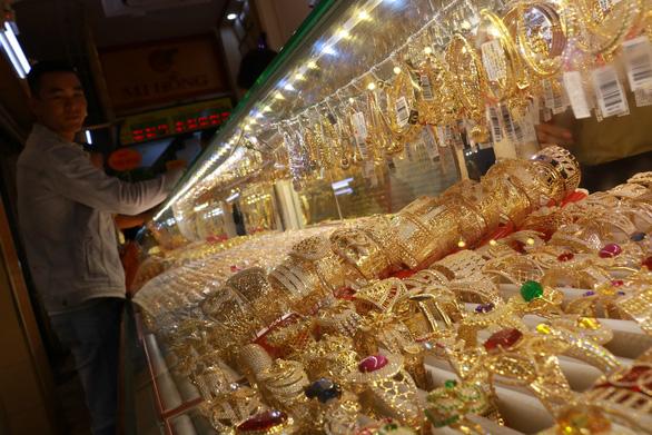 Vàng trong cơn điên tăng giá, lên sát 42 triệu đồng/lượng - Ảnh 1.