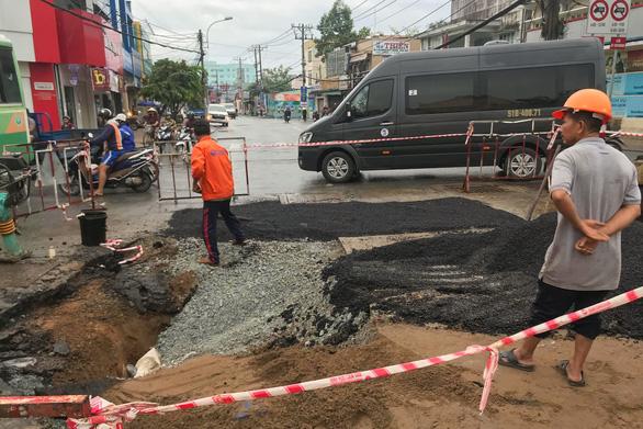 Mặt đường trung tâm quận Thủ Đức sụt lún, sửa chữa liền mấy đêm - Ảnh 1.