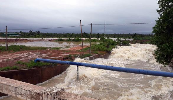 Mưa to kéo dài, hàng trăm ngôi nhà ở huyện biên giới Ea Súp bị ngập chìm - Ảnh 1.