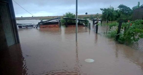 Mưa to kéo dài, hàng trăm ngôi nhà ở huyện biên giới Ea Súp bị ngập chìm - Ảnh 7.