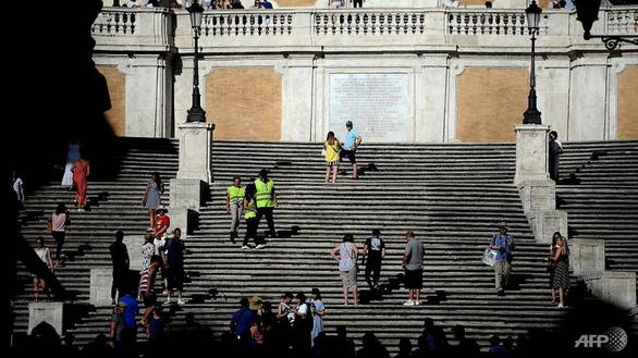 Ngồi ở di tích lịch sử tại Rome có thể bị phạt hơn 10 triệu đồng - Ảnh 2.