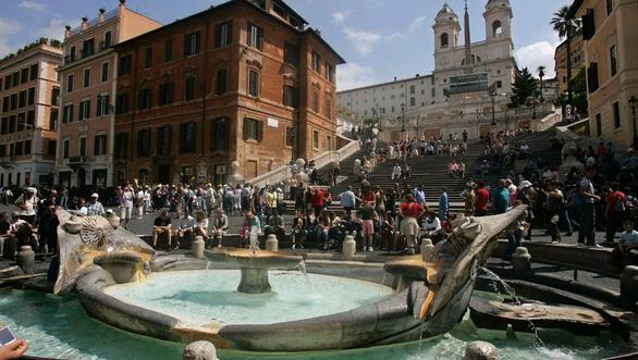 Ngồi ở di tích lịch sử tại Rome có thể bị phạt hơn 10 triệu đồng - Ảnh 1.
