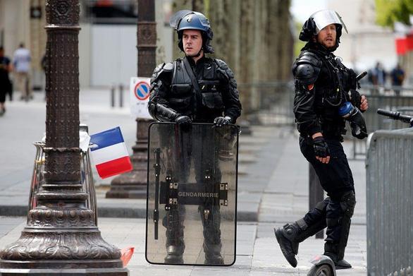 Livestream cảnh đánh dập, dọa giết người, cảnh sát Pháp tóm tận ổ - Ảnh 1.