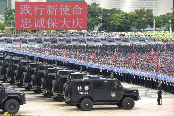 Cảnh sát Trung Quốc diễn tập 'dằn mặt' người biểu tình ở Hong Kong? - Ảnh 1.