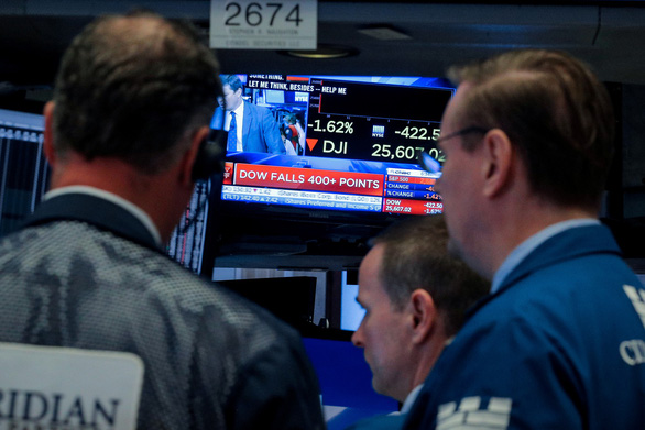 Giá vàng lập lỷ lục mới, chứng khoán Mỹ giảm mạnh  - Ảnh 1.