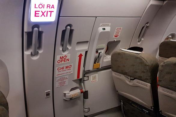 Bị phạt 15 triệu vì tự ý mở cửa thoát hiểm máy bay - Ảnh 1.