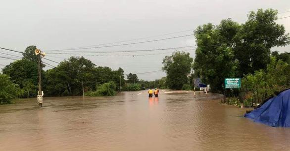 Mưa to kéo dài, hàng trăm ngôi nhà ở huyện biên giới Ea Súp bị ngập chìm - Ảnh 5.