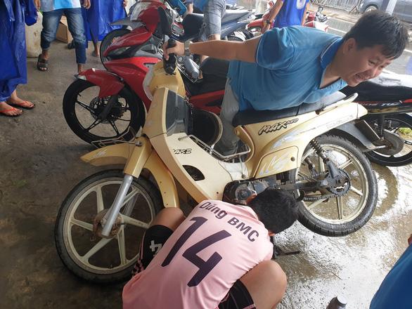 Phú Quốc: Hàng trăm xe máy bị ngập nước được thay nhớt, sửa chữa miễn phí - Ảnh 1.