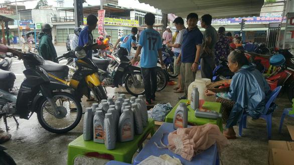 Phú Quốc: Hàng trăm xe máy bị ngập nước được thay nhớt, sửa chữa miễn phí - Ảnh 2.