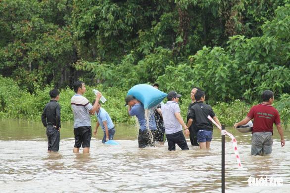 30.000 hộ dân Đắk Lắk bị cô lập, hàng chục ngàn ngôi nhà chìm trong biển nước - Ảnh 11.