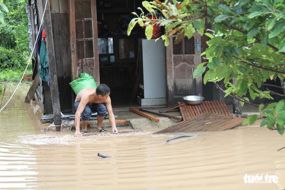 30.000 hộ dân Đắk Lắk bị cô lập, hàng chục ngàn ngôi nhà chìm trong biển nước - Ảnh 12.