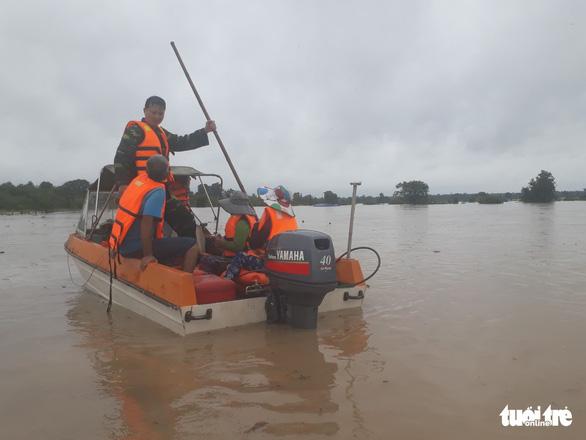 30.000 hộ dân Đắk Lắk bị cô lập, hàng chục ngàn ngôi nhà chìm trong biển nước - Ảnh 1.