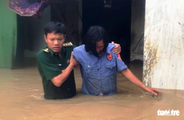 30.000 hộ dân Đắk Lắk bị cô lập, hàng chục ngàn ngôi nhà chìm trong biển nước - Ảnh 3.