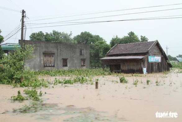 30.000 hộ dân Đắk Lắk bị cô lập, hàng chục ngàn ngôi nhà chìm trong biển nước - Ảnh 4.
