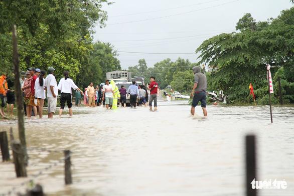 30.000 hộ dân Đắk Lắk bị cô lập, hàng chục ngàn ngôi nhà chìm trong biển nước - Ảnh 9.