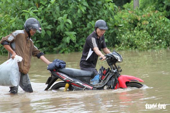 30.000 hộ dân Đắk Lắk bị cô lập, hàng chục ngàn ngôi nhà chìm trong biển nước - Ảnh 2.