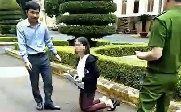 Cô giáo quỳ gối trong sân UBND tỉnh xin về lại trường cũ - Ảnh 1.