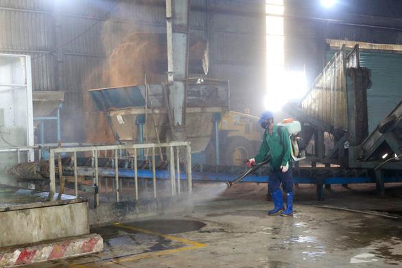 Vô khu xử lý rác Đa Phước, sợ cả mùi hôi lẫn hóa chất khử mùi - Ảnh 5.