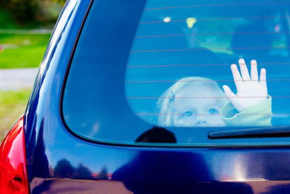 Dạy trẻ cách thoát thân khi bị bỏ quên trên xe - Ảnh 1.