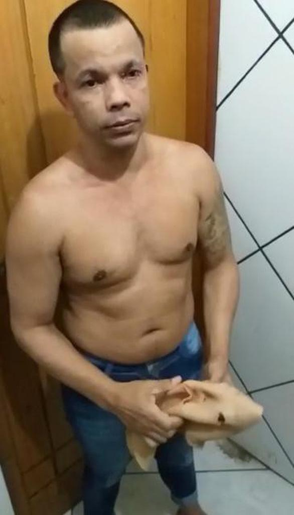 Trùm ma túy Brazil giả gái vượt ngục bất thành đã treo cổ tự tử - Ảnh 1.