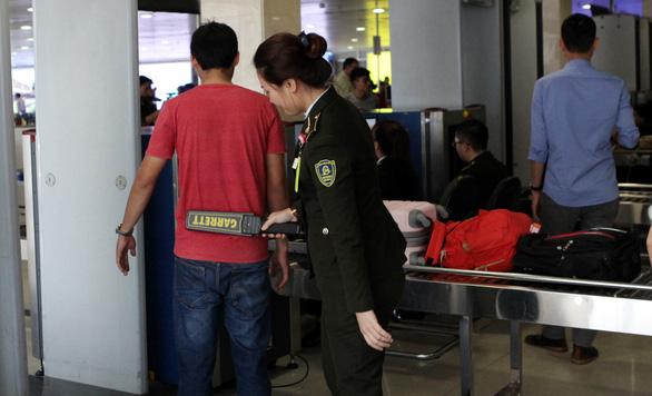 Nhân viên sân bay Tân Sơn Nhất phát hiện hành khách xách tay 2kg ma túy - Ảnh 1.