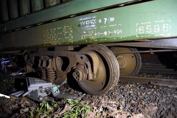 Tàu trật bánh, đường sắt Bắc - Nam gián đoạn gần 5 giờ - Ảnh 1.