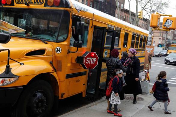 Các nước giam bằng lái, phạt tù tài xế bỏ quên học sinh trên xe buýt - Ảnh 1.