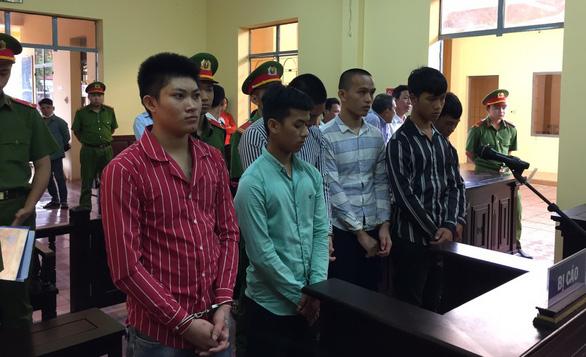 Nhóm thanh thiếu niên cầm dao rựa xin 7 con gà lãnh hơn 35 năm tù - Ảnh 1.