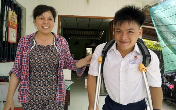 Tiếp sức đến trường: Chàng trai đi vào đại học bằng đôi chân của mẹ - Ảnh 1.