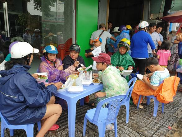 Bạn trẻ Phú Quốc phát cơm nóng cho bà con nghèo ngày mưa bão - Ảnh 4.