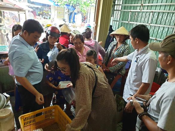 Bạn trẻ Phú Quốc phát cơm nóng cho bà con nghèo ngày mưa bão - Ảnh 2.