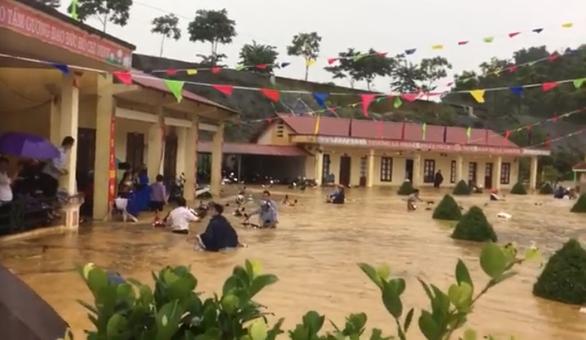 Trường chìm trong nước, hàng trăm thầy cô mò tìm 120 xe máy - Ảnh 2.