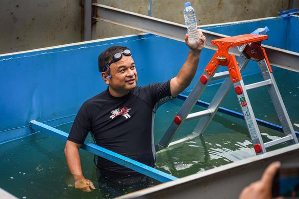 Chuyên gia Nhật Bản tắm sông Tô Lịch sau xử lý - Ảnh 3.