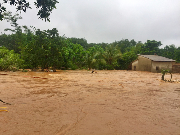 Bình Phước sơ tán khẩn 200 hộ dân vì lo vỡ đập thủy điện Đắk Kar - Ảnh 3.