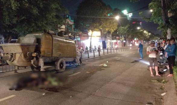 Tông rơmooc trộn bêtông, hai thanh niên chết tại chỗ trên đường Quang Trung - Ảnh 1.