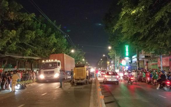 Tông rơmooc trộn bêtông, hai thanh niên chết tại chỗ trên đường Quang Trung - Ảnh 3.