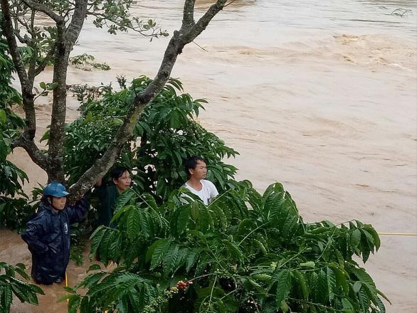 Bình Phước sơ tán khẩn 200 hộ dân vì lo vỡ đập thủy điện Đắk Kar - Ảnh 1.