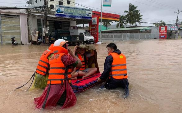 Đưa 2.000 người dân bị ngập ở Phú Quốc tới nơi an toàn - Ảnh 1.