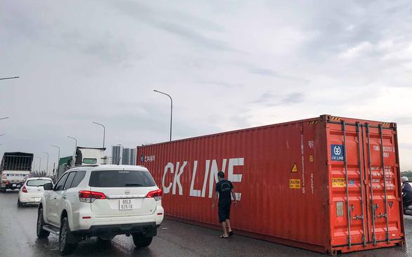 Vì sao thùng container bay trên phố? - Ảnh 3.