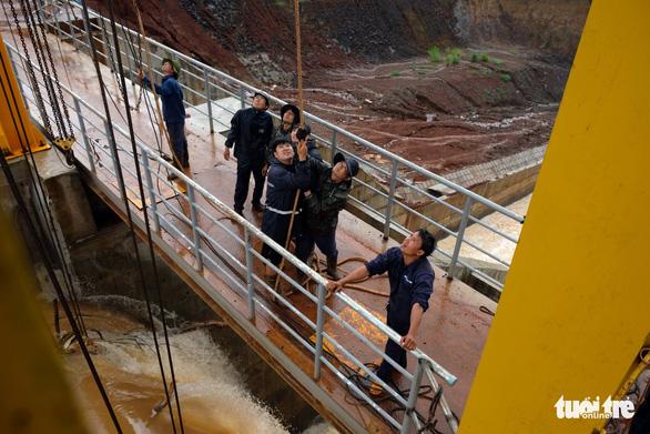 Vẫn chưa xử lý dứt điểm sự cố kẹt van hồ thủy điện Đắk Kar - Ảnh 8.