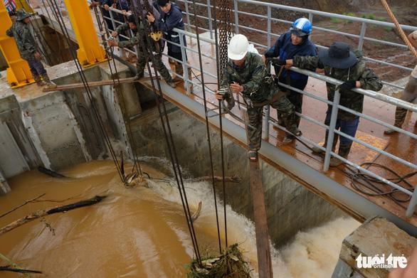 Vẫn chưa xử lý dứt điểm sự cố kẹt van hồ thủy điện Đắk Kar - Ảnh 5.
