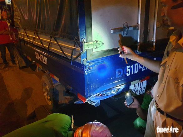 Xe máy đổ dốc cầu vượt Thủ Đức tông đuôi xe tải, 1 người chết - Ảnh 3.
