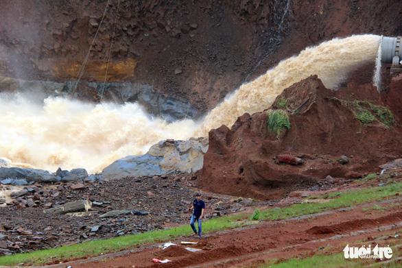 Vẫn chưa xử lý dứt điểm sự cố kẹt van hồ thủy điện Đắk Kar - Ảnh 7.