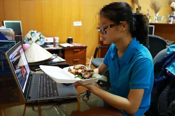 Ăn tại bàn làm việc đối mặt nguy cơ suy dinh dưỡng - Ảnh 1.