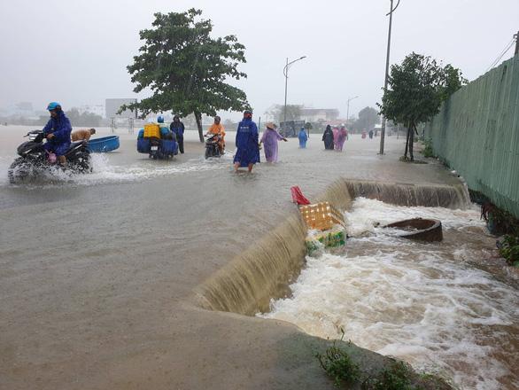 Nhiều nơi tại Phú Quốc bị chia cắt hoàn toàn, nước ngập qua đầu - Ảnh 2.
