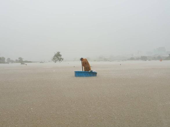 Nhiều nơi tại Phú Quốc bị chia cắt hoàn toàn, nước ngập qua đầu - Ảnh 1.