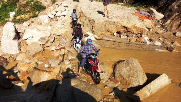 Thầy cô giáo gánh xe máy, lội bùn đến trường chuẩn bị năm học mới - Ảnh 7.