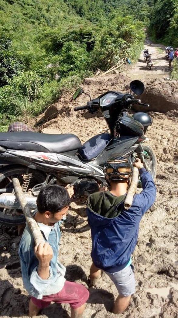 Thầy cô giáo gánh xe máy, lội bùn đến trường chuẩn bị năm học mới - Ảnh 3.
