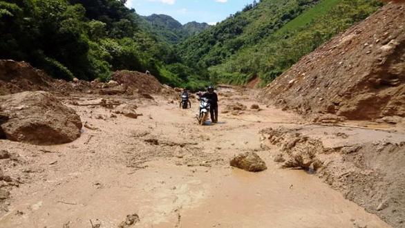 Thầy cô giáo gánh xe máy, lội bùn đến trường chuẩn bị năm học mới - Ảnh 2.